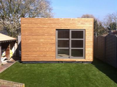 Een bijgebouw als tuinkamer in houtskeletbouw in Merchtem